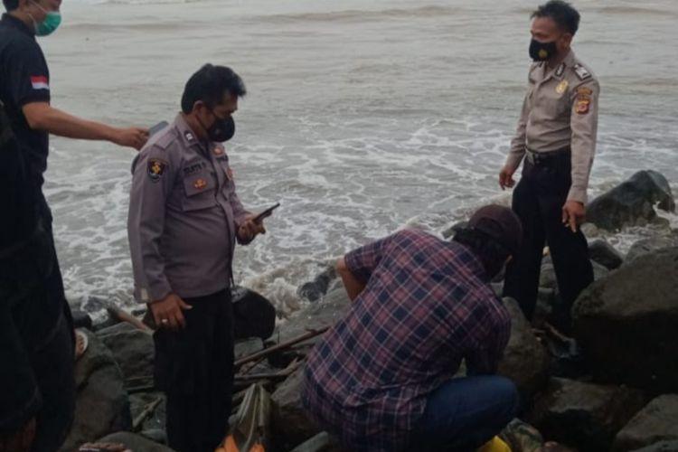 Mayat laki-laki paruh baya sedang dievakuasi petugas Satpolair dan Polsek Cipatujah, Polresta Tasikmalaya, Selasa (3/8/2021).