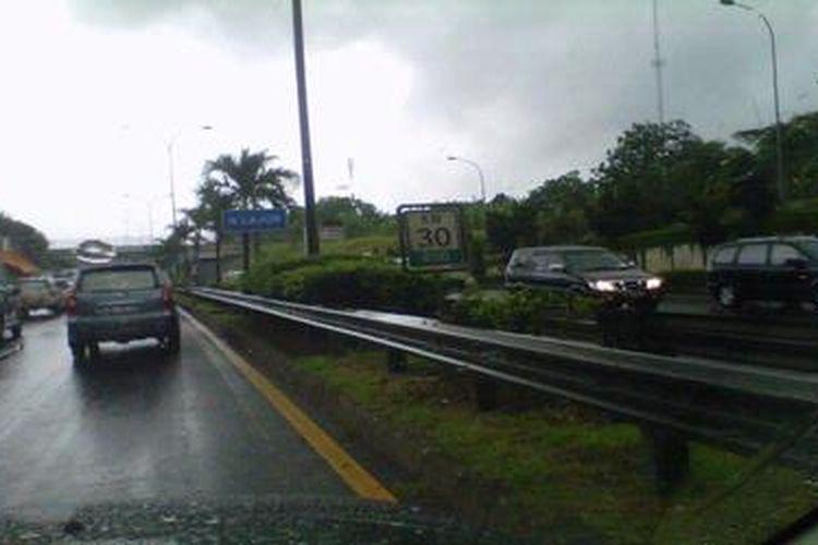 Kemacetan parah di tol JORR yang menuju ke arah timur, Sabtu (22/12/2012).