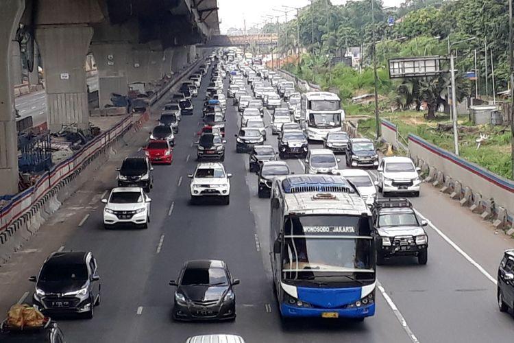 Arus kendaraan ke arah Jakarta di ruas tol Jakarta-Cikampak, tepatnya di wilayah Kota Bekasi, tampak padat, Minggu (9/6/2019).
