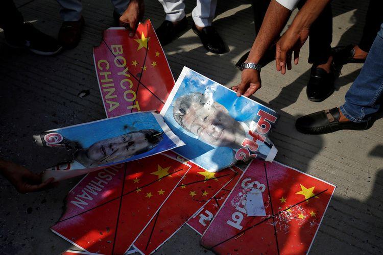 Anggota National Students Union of India (NSUI) membakar foto Presiden China Xi Jinping, buntut dari konflik perbatasan India-China yang menewaskan puluhan tentara. Foto ini diambil saat unjuk rasa pada Kamis (18/6/2020).