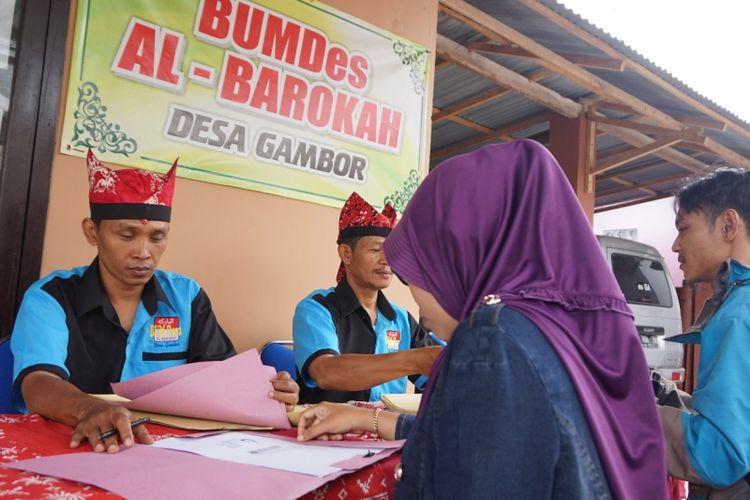 Warga Desa Gambor sedang mengajukan pinjaman untuk hajatan di Bumdes Al Barokah Desa Gambor Kecamatan Singojuruh Kabupaten Banyuwangi.