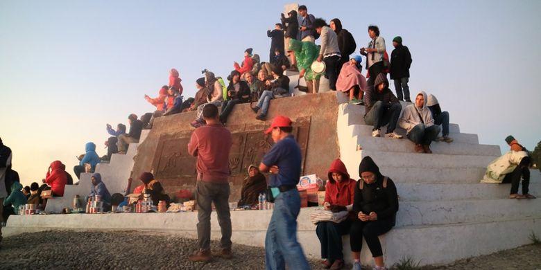 Para wisatawan saat melihat matahari tebit di Puncak Danau Kelimutu, NTT.
