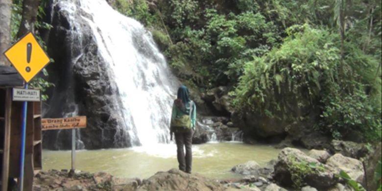 Salah satu pengunjung menikmati suasana alam air terjun Urang Kambu di kawasan Banyu Nget yang berada di Desa Dukuh, Kecamatan Watulimo, Trenggalek, Jawa Timur Minggu (25/2/2018).