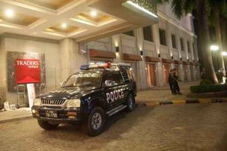Polisi Myanmar menjaga hotel Trader, Yangon setelah sebuah ledakan mengguncang hotel yang banyak dikunjungi wisatawan asing ini, Selasa (15/10/2013). Akibat ledakan itu, seorang perempuan asal AS menderita luka.