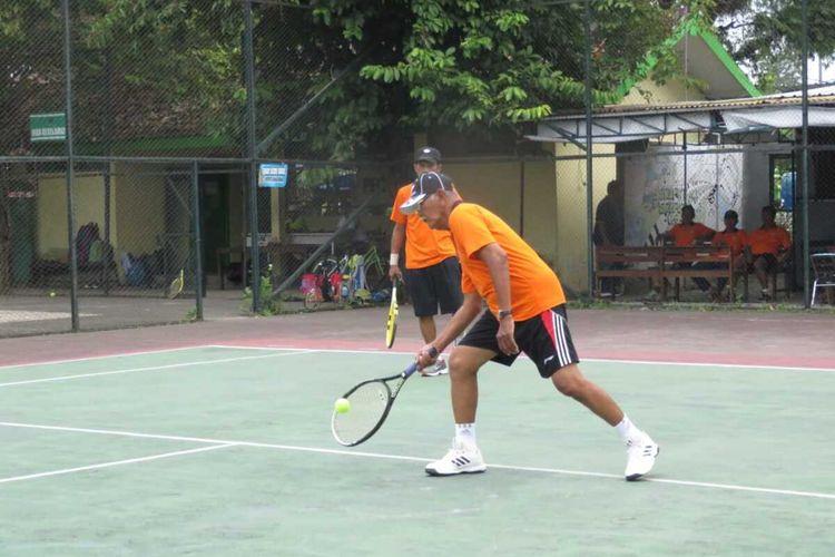 Pertandingan tenis antar para pensiunan berlangsung satu hari di Alun-alun Wates, Kulon Progo, Daerah Istimewa Yogyakarta. Menjalin silaturahmi antar lansia pecinta tenis menjadi salah satu tujuan dari ajang Purna Tenis Club Cub 2020,  selain sekadar olahraga dan mencegah kepikunan.