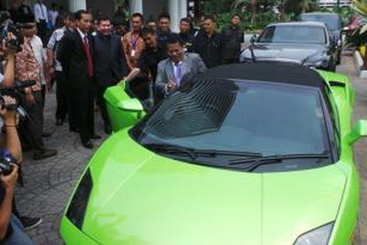 Pengacara Hotman Paris Hutapea pamer mobil mewahnya ke Guberjur DKI Jakarta Joko Widodo. Jokowi sempat terkejut saat Hotman menginjakan pedal gasnya kencang-kencang.