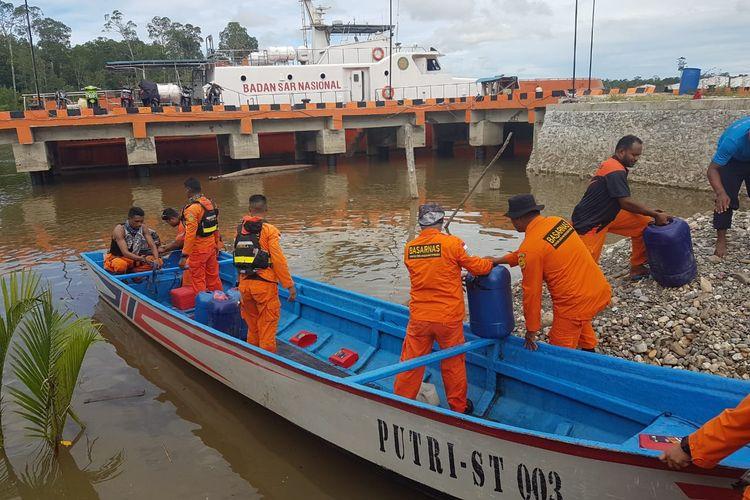 Tim SAR Timika tengah bersiap untuk melakukan pencarian dengan longboat, Jumat (16/5/2019)