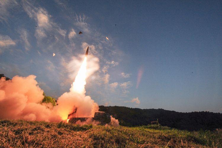 Pasukan Korea Selatan menembakkan Rudal Hyunmoo ke perairan Laut Timur dalam latihan militer di Korea Selatan, Senin (4/9).