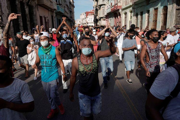 Warga berseru mengecam pemerintah dalam aksi protes menentang dan mendukung pemerintah, ditengah wabah penyakit virus corona (COVID-19), di Havana, Kuba, Minggu (11/7/2021).