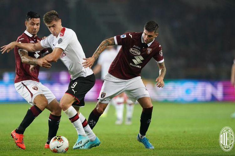 Krzysztof Piatek dikawal ketat dua pemain lawan pada pertandingan Torino vs AC Milan di Stadion Olimpico Turin, 26 September 2019.