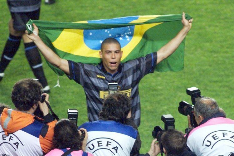 Pemain depan Inter Milan Ronaldo berpose untuk fotografer dengan bendera Brasil setelah klubnya memenangkan final Piala Sepakbola 1998, 06 Mei di Stadion Parc des Princes di Paris, mengalahkan Lazio Roma 3-0.