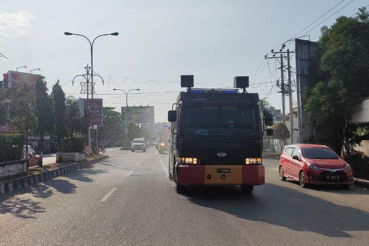 Mobil tangki penyemprot cairan disinfektan di seluruh jalanan Kota Lhokseumawe, Aceh, Senin (23/3/2020)