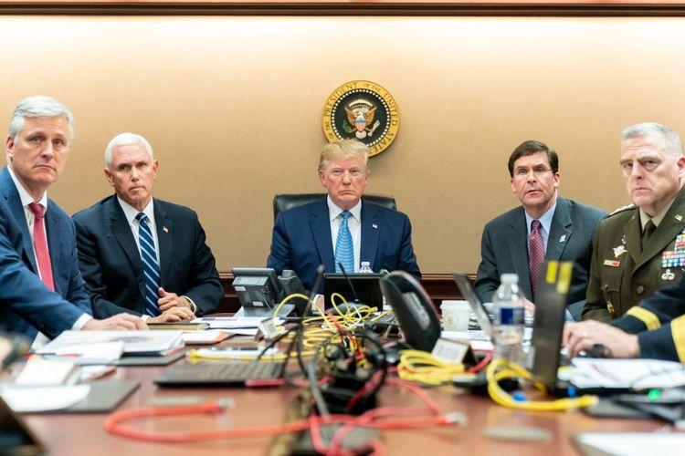 Foto yang dirilis Gedung Putih pada 27 Oktober 2019 menunjukkan Presiden Amerika Serikat Donald Trump (tengah) menonton di Ruang Situasi di Gedung Putih ketika pasukan khusus melakukan penyerbuan terhadap Pemimpin ISIS Abu Bakar al-Baghdadi, di mana dia dikabarkan tewas bunuh diri dalam penyerbuan tersebut.