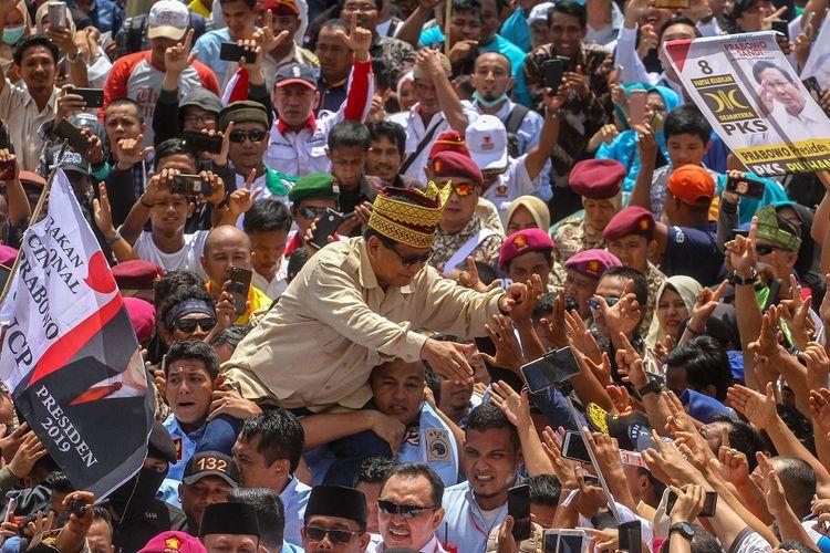 Calon Presiden nomor urut 02 Prabowo Subianto menyapa warga Riau saat tiba di Gelanggang Remaja Kota Pekanbaru, Riau, Rabu (13/3/2019). Dalam kampanyenya Prabowo meminta dukungan untuk memenangkan pasangan Prabowo-Sandi dalam pemilihan Presiden dan Wakil Presiden pada April mendatang, sekaligus menyampaikan pesan kepada seluruh pendukungnya untuk hidup damai serta saling menghormati meskipun berbeda pilihan.
