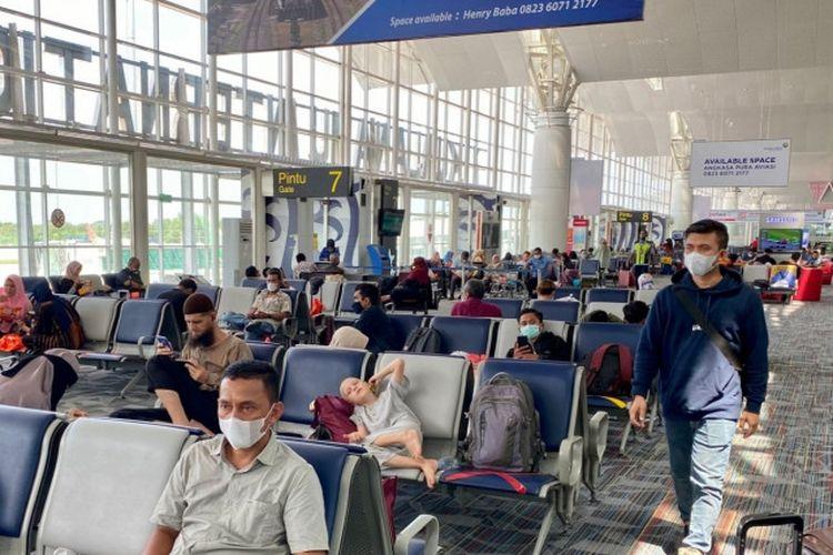 Ratusan penumpang Batik Air asal Aceh menunggu kejelasan keberangkatan di Bandara Internasional Kualanamu, Deli Serdang, Sumatera Utara, setelah pesawat yang mereka tumpangi dengan tujuan Jakarta mengalami gangguan mesin, Minggu (29/8/2021).