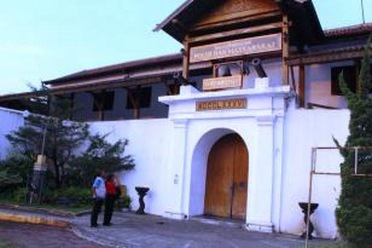 Pengunjung mengamati keindahan bangunan Benteng Willem II di Jl Diponegoro, Ungaran.   Setelah diambil alih POLRI, keberdaan benda cagar budaya itu sulit diakses oleh publik.