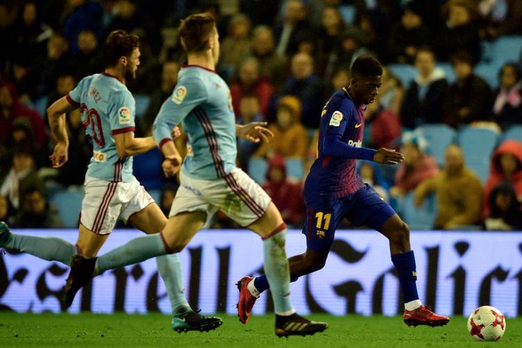 Penyerang Barcelona, Ousmane Dembele, mencoba melewati para pemain bertahan Celta Vigo pada laga Copa del Rey di Balaidos, Kamis (4/1/2018).