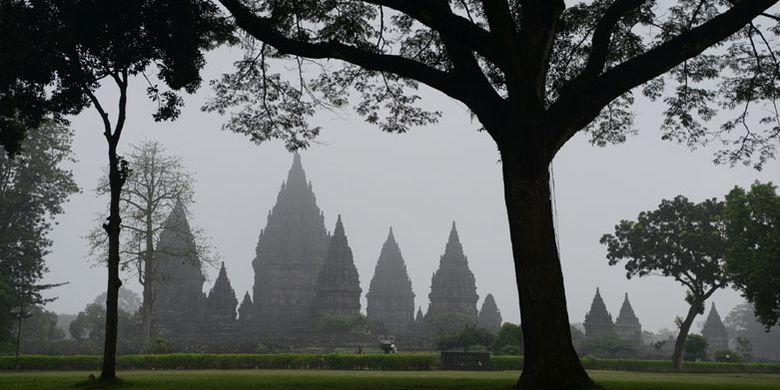 Candi Prambanan di Kabupaten Sleman, DI Yogyakarta, berselimut kabut pagi, Senin (27/3/2017). Candi Prambanan adalah kompleks candi Hindu terbesar di Indonesia yang dibangun pada abad ke-9 Masehi.