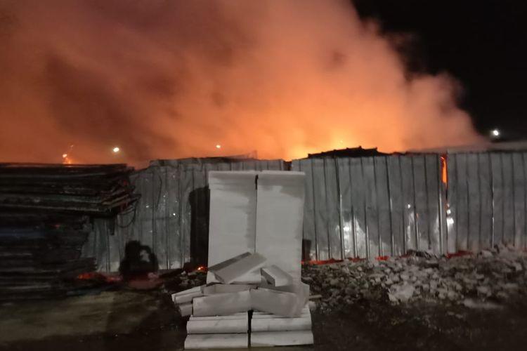 Bedeng proyek Rusunawa Ujung Menteng di Jalan Inspeksi Kanal Banjir Timur, Ujung Menteng, Cakung, Jakarta Timur, terbakar pada Selasa (18/5/2021) pagi.