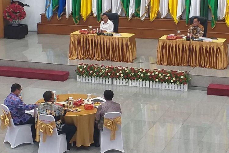 Ketua Satgas Lawan Covid-19 Sufmi Dasco Ahmad (kiri) bertemu Mendagri Tito Karnavian (kanan) di kantor Kemendagri, Kamis (28/5/2020)
