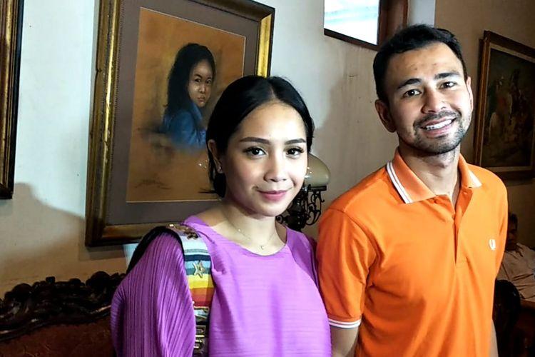 Raffi Ahmad bersama istrinya Nagita Slavina mendatangi kediaman ibunda Baim Wong di kawasan Cikini, Jakarta Pusat, Jumat (7/6/2019).