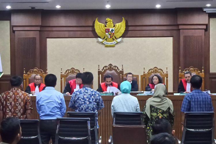 Para saksi bersumpah sebelum memberikan keterangan dalam sidang kasus korupsi pengadaan Kartu Tanda Penduduk berbasis elektronik (e-KTP) di Pengadilan Tipikor Jakarta, Senin (15/5/2017).