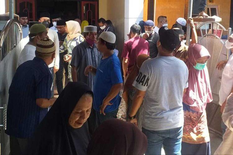Ratusan warga masih terus melayat di rumah duka almarhum Bupati Seram Bagian Barat, Maluku Muhamad Yasin Payapo di kawasan Galunggung Kecamatan Sirimau, Kota Ambon, Minggu (1/8/2021)