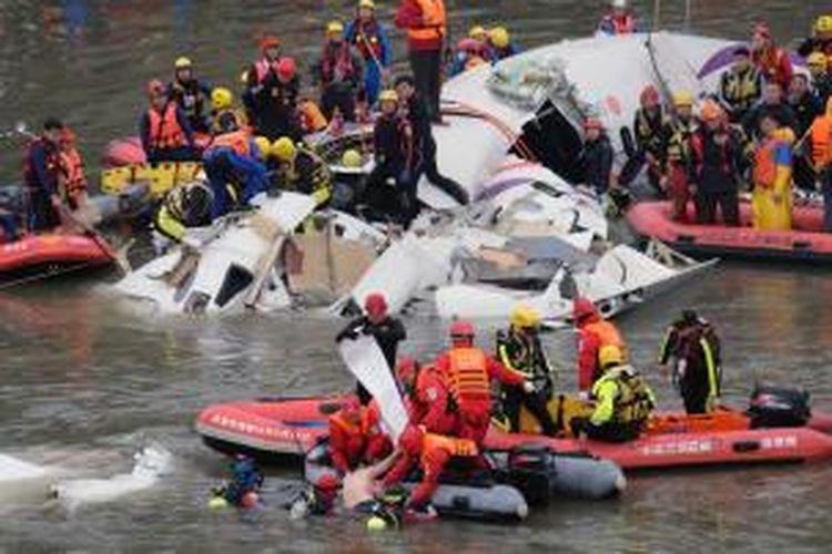 Tim penyelamat terus berusaha mencari korban kecelakaan pesawat TransAsia Airways yang jatuh ke sungai Taipei, Taiwan, Rabu (4/2/2015).