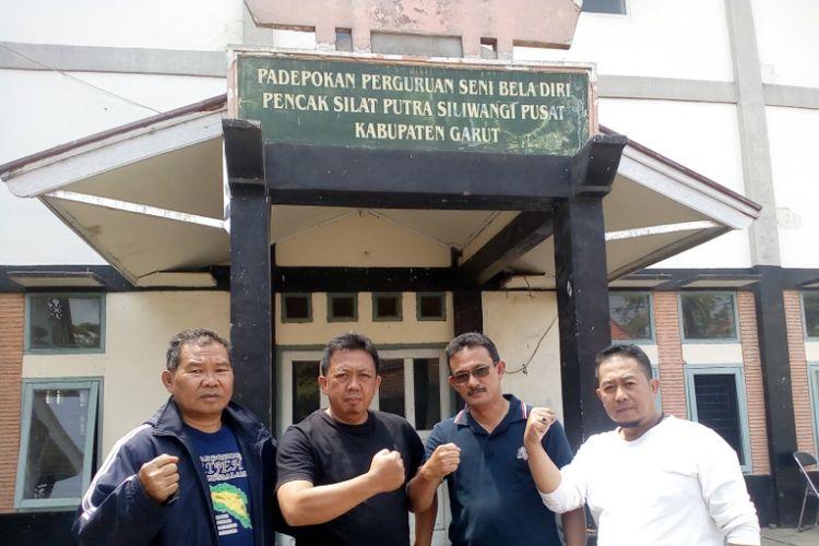 Taufik Mahmud (baju hitam) bersama pengurus perguruan Putra Siliwangi, di depan GOR Padepokan Putra Siliwangi, Selasa (28/8/2018)