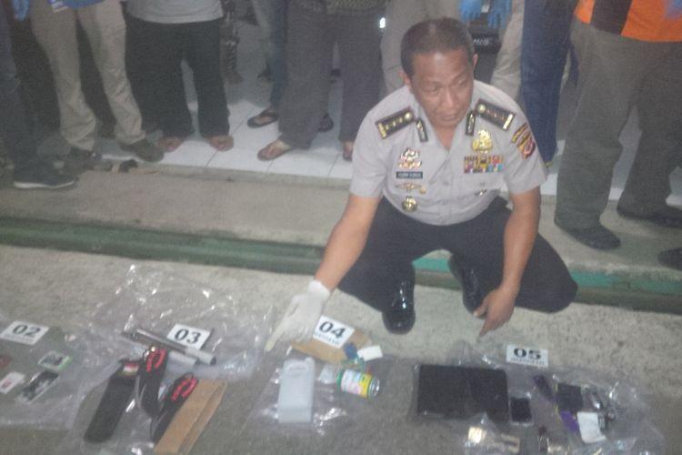 Kepala Bidang Humas Polda Jawa Barat Kombes Pol Yusri Yunus menunjukkan barang bukti yang disita dari rumah kontrakan terduga teroris.