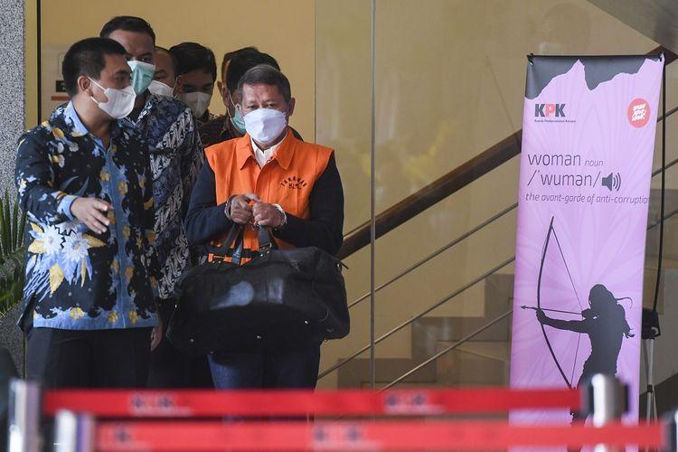 Mantan Direktur Utama PT Pelindo II (Persero) Richard Joost Lino (kanan) mengenakan rompi tahanan usai diperiksa di gedung KPK, Jakarta, Jumat (26/3/2021). RJ Lino yang telah ditetapkan sebagai tersangka pada Desember 2015 itu ditahan penyidik KPK dalam kasus dugaan tindak pidana korupsi dalam pengadaan tiga unit Quay Container Crane (QCC) di PT Pelindo II. ANTARA FOTO/Hafidz Mubarak A/foc.