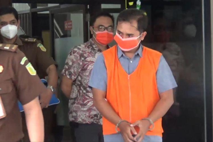 DITAHAN—Tersangka Pegawai BRI Cabang Dolopo-Madiun, RS ditahan setelah menjalani pemeriksaan sebagai tersangka kasus korupsi uang 11 nasabah hingga merugikan negara Rp 2,1 M.