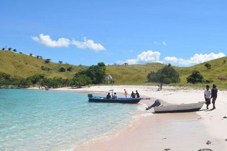 Wisatawan berjalan-jalan di pasir Pink Beach di kawasan Taman Nasional Komodo, Manggarai Barat, Flores, NTT, Rabu (10/5/2017).