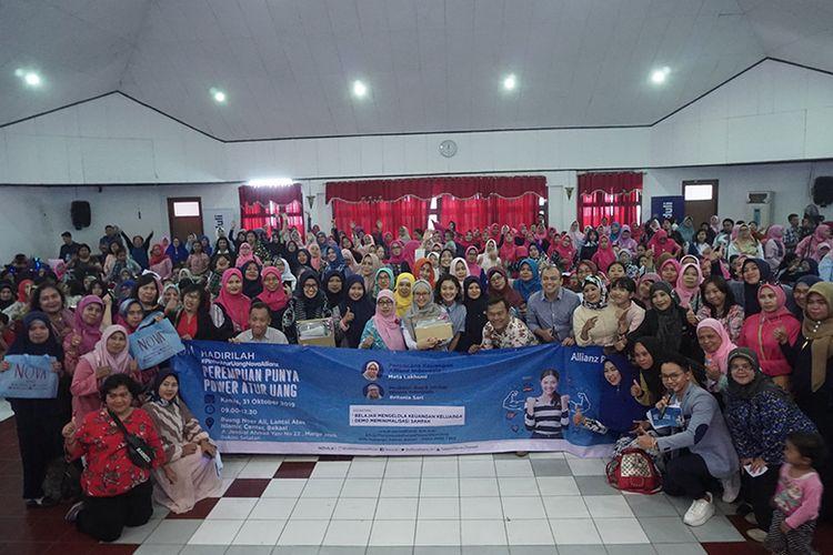 Para peserta dan pembicara talkshow Perempuan Punya Power Atur Uang berfoto bersama usai acara (NOVA/Fiqri Maulana).