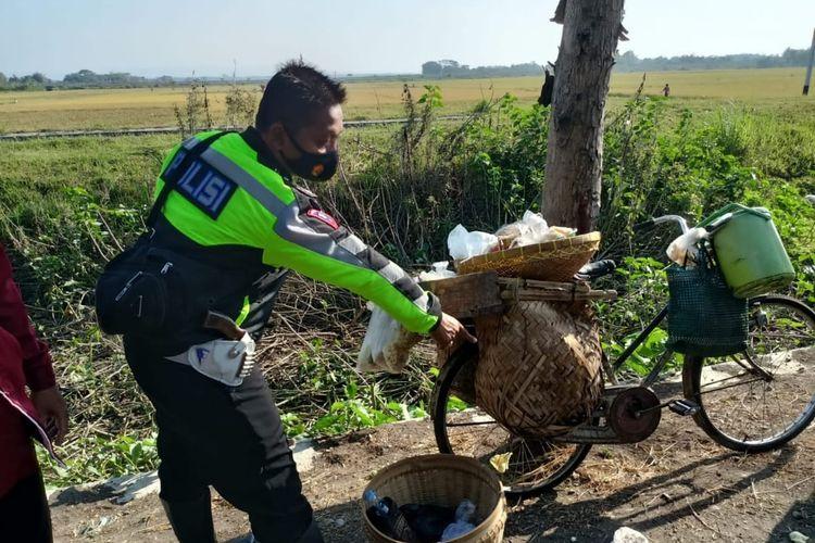 Polisi menunjukkan sepeda ontel yang ditabrak Munjayana, Rabu (21/7/2021). Munjayana tewas dalam kecelakaan maut ini. Foto: Satlantas Polres Nganjuk