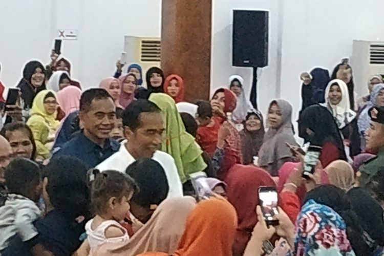 Presiden Joko Widodo dikelilingi ibu-ibu penerima PKH di Pangkal Pinang, Kamis (14/3/2019).