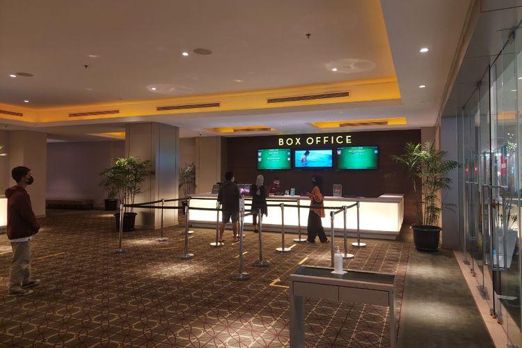 Sejumlah pengunjung bioskop di TangCity Mall, Kota Tangerang, tengah mengantre untuk membeli tiket, Kamis (16/9/2021).