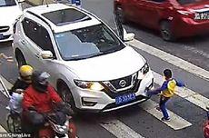 Ibunya Ditabrak Sampai Terpental, Bocah di China Tendang Mobil Penabrak