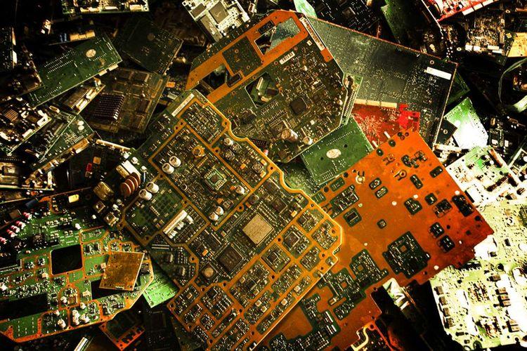 Tumpukan panel Printed Circuit Board (PCB) yang sudah tidak terpakai di Jakarta, Kamis (7/12/2017). Material berharga seperti emas yang terdapat dalam limbah elektronik seperti komponen televisi dan perangkat keras komputer mendorong munculnya penambang kota alias pencari sampah elektronik (e-waste).