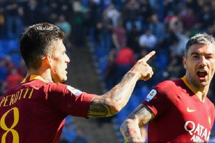 Penyerang AS Roma, Diego Perotti (kiri), merayakan gol dengan bek Serbia Aleksandar Kolarov pada pertandingan sepak bola Serie A antara AS Roma vs Napoli pada 31 Maret 2019 di Stadion Olimpico Roma.