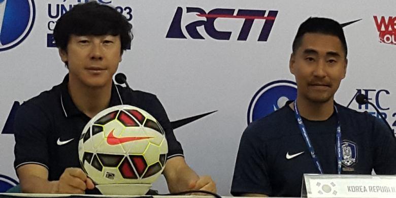 Pelatih Timnas Korea Selatan U-23, Shin Tae Yong (kiri) menjalani sesi konferensi pers usai laga kontra Timor Leste U-23 di Kualifikasi Piala AFC U-23, Minggu (29/3/2015)