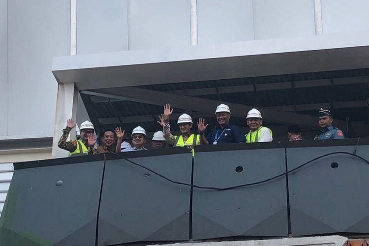 Wakil Gubernur DKI Jakarta Sandiaga Uno mendampongi Wakil Presiden Jusuf Kalla meninjau venue Asian Games, di Velodrome, Jumat (27/4/2018).