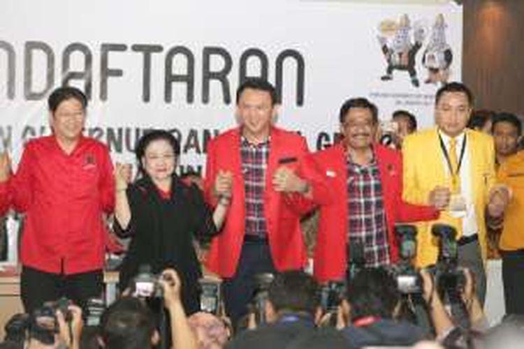Basuki Tjahaja Purnama (Ahok) dan Djarot Saiful Hidayat diantar Ketua Umum PDI-P Megawati Soekarnoputri saat mendaftar pasangan calon gubernur dan wakil gubernur di KPU DKI Jakarta, Rabu (21/9/2016).