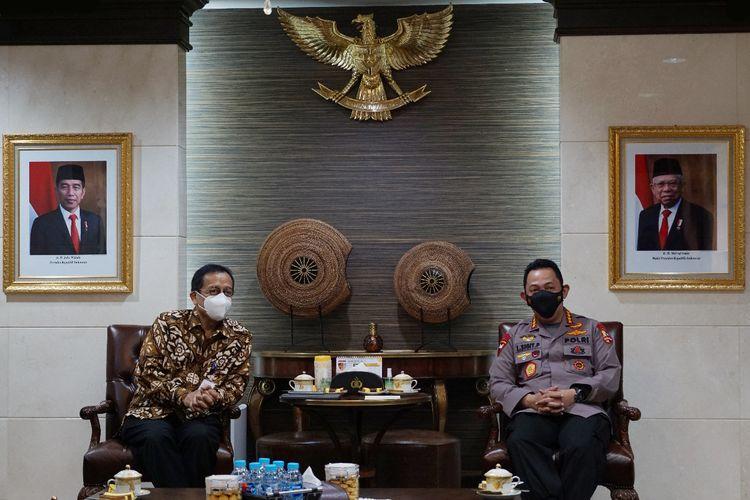 Kepala Pusat Pelaporan dan Analisis Transaksi Keuangan (PPATK) Dian Ediana Rae (kiri) bertemu dengan Kapolri Jenderal (Pol) Listyo Sigit Prabowo (kanan), di Mabes Polri, Jakarta Selatan, Kamis (18/2/2021).