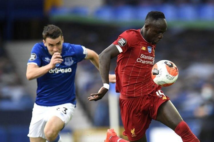 Sadio Mane (kanan) dibayang-bayangi oleh Seamus Coleman pada laga Everton vs Liverpool dalam lanjutan pekan ke-30 Liga Inggris yang digelar di Stadion Goodison Park, Senin (22/6/2020) dini hari WIB.