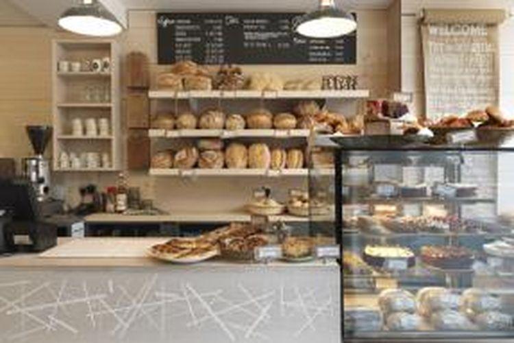 Toko ini tidak kesulitan menggunakan roti tersebut lebih dari sekedar menjadi barang jualan. Ya, roti-roti tersebut sekaligus juga menjadi penghias toko.
