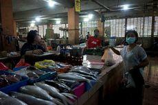 Saat Risma Terjun Menata Barang Milik Pedagang Pasar Genteng Jelang PSBB Surabaya