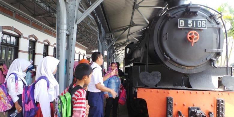Pengunjung hendak menaiki salah satu kereta api uap di Museum KA Ambarawa, Selasa   (28/9/2016)
