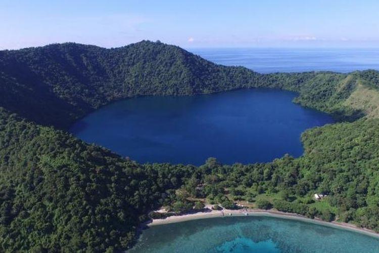 Pulau Satonda dengan danau air asin di tengahnya tak jauh dari Gunung tambora, Dompu, Nusa Tenggara Barat, 23 Maret 2015. Danau terbentuk akibat tsunami yang tercipta dari letusan Gunung Tambora pada tahun 1815.