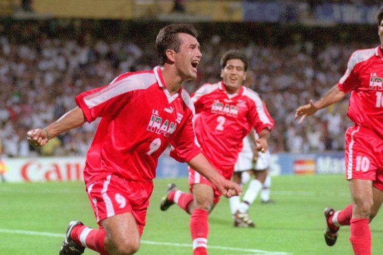 Para pemain timnas Iran merayakan gol ke gawang Amerika Serikat pada laga penyisihan Grup F Piala Dunia 1998 di Stade de Gerland, Lyon, 21 Juni 1998.